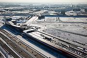 Nederland, Utrecht, Leidsche Rijn, 31-01-2010; The Wall, geluidsscherm en bedrijfsverzamelgebouw, parkeergarage met parkeerdek. In de voorgrond de nieuwe A2, ook wel Leidsche Rijn Boulevard genaamd, op het tweede plan de spoorlijn Utrecht-Gouda met het nu nog bijna lege bedrijventerrein De Wetering Zuid. Achter de spoorlijn de wijken Het Zand en Parkwijk (Noord)..The Wall, noise barrier and business center, parking garage with parking on the roof. In the foreground the new A2, also called Leidsche Rijn Boulevard, on the second plan the railway line Utrecht-Gouda with the almost empty business park De Wetering South. Behind the line the neighborhoods Parkwijk and Het Zand..luchtfoto (toeslag), aerial photo (additional fee required).foto/photo Siebe Swart