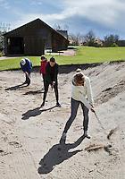 WILNIS - In de bunker.  kennismaken met golf tijdens Open Golfdag op Wilnis Golfpark  . COPYRIGHT KOEN SUYK