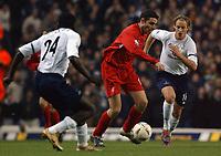 Fotball<br /> Foto: SBI/Digitalsport<br /> NORWAY ONLY<br /> <br /> Tottenham Hotspur v Liverpool<br /> Carling Cup. 01/12/2004.<br /> <br /> Liverpool's debutant Antonio Nunez gets between Spurs' Reto Ziegler (r/h/s) and Thimothee Atouba Essama