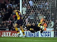 Fotball<br /> England<br /> Foto: Fotosports/Digitalsport<br /> NORWAY ONLY<br /> <br /> Brritannia Stadium Stoke city v Arsenal  Premier League 01/11/2008<br /> Robin van Persie (Arsenal) is sent off by referee Rob Styles after challenge on  Stoke 'keeper Thomas Sørensen