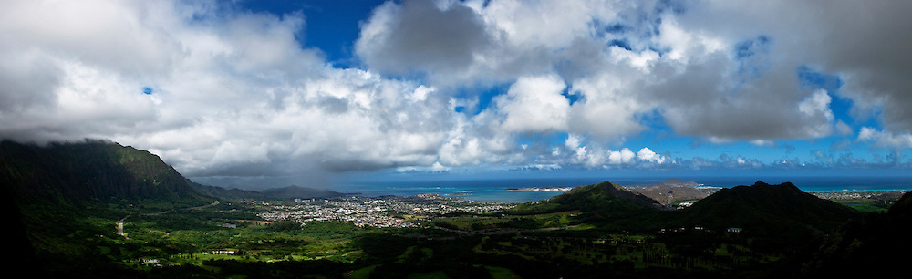 Panoramic view from the Nuuanu Pali lookout, from this very spot  the army of king Kamehameha I forced the Army of Kalanikupule over the nearly 1000 foot cliffs to their death and defeat.