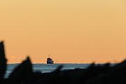 Fishingboat working on the field, nearby Fosnavåg on the west coast of Norway | Fiskebåten Linebas SF-19-B i aksjon i solnedgang ved Kvalsvik i Herøy.