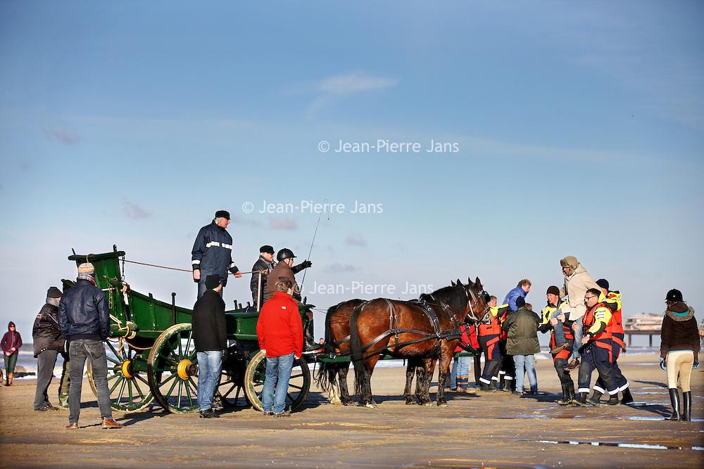 Nederland, Scheveningen , 23 november 2013.<br /> Generale repetitie aankomst van de Prins van Oranje op het Scheveningse strand .<br /> Zij bereiden zich voor op de feestelijke start van deviering van tweehonderd jaar koninkrijk, een week later. <br /> Op de foto: Koning Willem I (gespeeld door acteur Huub Stapel) wordt bij aankomst op het Scheveningse strand in de koets getild<br /> <br /> Anders dan in 1813 hebben alle betrokkenen ditmaal de kans om de landing vooraf te oefenen. Dat is maar goed ook want het programma voor 30 november is uitdagend en spectaculair. De meeste spelers en figuranten komen uit Scheveningen zelf en hebben geen toneelervaring. Regisseur Aus Greidanus begeleidt hen bij hun debuut. Hoofdrolspeler Huub Stapel moet op het juiste moment het strand op varen waarna hij overstapt op een originele 'nettenwagen' die door paarden wordt voortgetrokken. <br /> <br /> Deaankomst van de latere koning Willem I wordt sinds 1813 iedere 25 jaar herdacht door de Scheveningse bevolking. Vanwege de viering van 200 jaar koninkrijk wordt dit keer extra groot uitgepakt. Dankzij de hulp van de Koninklijke Marine zijn op 30 november onder meer enkele grote marineschepen, sloepen en landingsvaartuigen aanwezig. Daarnaast speelt het Britse marineschip HMS Tyne een belangrijke rol bij het evenement. <br /> <br /> Dress rehearsal arrival of the Prince of Orange on the beach of Scheveningen (1813), in preparation for the start of the festive celebration of two hundred years kingdom, a week later.