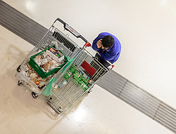 12.09.2015, Hauptbahnhof Salzburg, AUT, Fluechtlinge am Hauptbahnhof Salzburg auf ihrer Reise nach Deutschland, im Bild ein Helfer mit zwei Einkaufwagen mit Nahrungsmittel und Getränken // a volunteer with two shopping carts with food and drinks. According to reports thousands of refugees fleeing violence and persecution in their own countries continue to make their way toward the EU, just days before Euopean leaders are set to meet in Brussels to discuss a solution to the arrival of so many people, Main Train Station, Salzburg, Austria on 2015/09/12. EXPA Pictures © 2015, PhotoCredit: EXPA/ JFK
