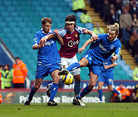 Fotball<br /> Premier League 2004/05<br /> Aston Villa v Birmingham<br /> Villa Park<br /> 12. desember 2004<br /> Foto: Digitalsport<br /> NORWAY ONLY<br /> JUAN PABLO ANGEL ASTON VILLA IS HELD OFF BY BIRMINGHAM'S ROBBIE SAVAGE & KENNY CUNNINGHAM