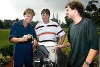 KUALA LUMPUR -  OP de Golfbaan van de Royal Selangor Golf Club ontmoetten de hockeyinternationals Teun de Nooijer (l) en Marten Eikelboom (r) , de Nederlandse golfprofessional Robert-Jan Derksen, deelnemer aan het Malaysian OpenWK Hockey. COPYRIGHT KOEN SUYK