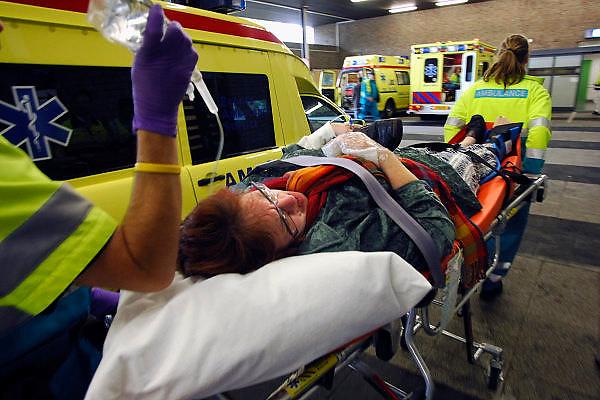 Nederland, Nijmegen, 4-11-2006..Rampenoefening voor hulpdiensten in de regio Nijmegen...Een gewonde wordt door ambulancepersoneel de eerste hulp in gereden...Foto: Flip Franssen