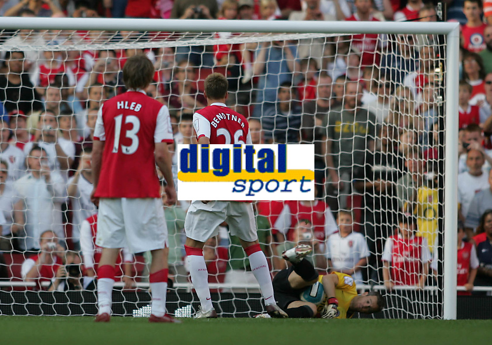 Photo: Lee Earle.<br /> Arsenal v Paris Saint-Germain. The Emirates Cup. 28/07/2007.Arsenal's Nicklas Bendter (2ndL) sees his penalty saved by PSG keeper Mickael Landreau.