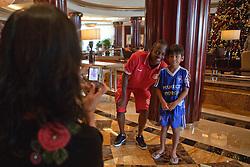 Andrezinho com os torcedores no hall do Beach Rotana Hotel , em Abu Dhabi. O S.C. Internacional participa de 8 a 18 de dezembro do Mundial de Clubes da FIFA, em Abu Dhabi. FOTO: Jefferson Bernardes/Preview.com