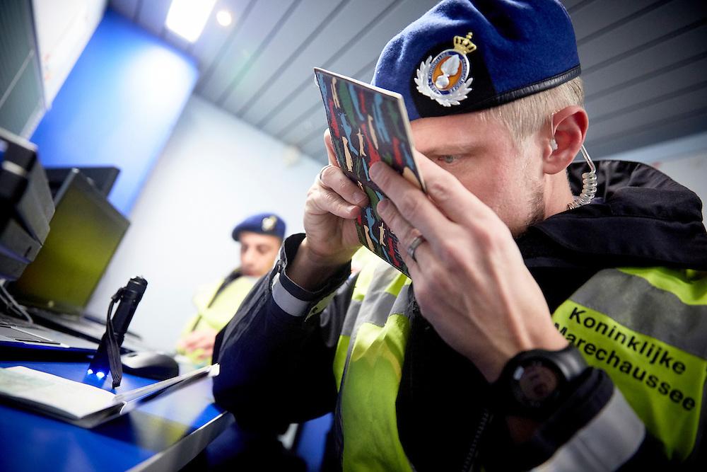 ZEVENAAR - Operatie Korridor Fahndung van de KMar , op de grens met Duitsland. De controles vonden plaats langs de hele oostgrens, onder meer bij een grensovergang en op snelwegen. De Nederlandse en Duitse politiediensten willen zo een bijdrage leveren aan de verkeersveiligheid en criminaliteitsbestrijding in de grensstreek.