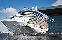 """AMSTERDAM - MUZIEKGEBOUW AAN """"t IJ met cruisschip Celebrity Silhouette aan het Oostelijke Handelskade.   ANP COPYRIGHT KOEN SUYK"""