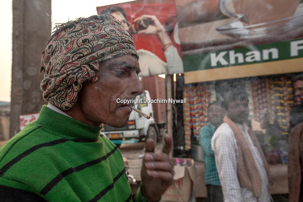 Delhi 2017 03 09 Indien<br /> Man som röker en bidi en lite indisk cigarette <br /> <br /> <br /> ----<br /> FOTO : JOACHIM NYWALL KOD 0708840825_1<br /> COPYRIGHT JOACHIM NYWALL<br /> <br /> ***BETALBILD***<br /> Redovisas till <br /> NYWALL MEDIA AB<br /> Strandgatan 30<br /> 461 31 Trollhättan<br /> Prislista enl BLF , om inget annat avtalas.