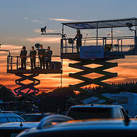 12.07.2020, Bauernhof, Stephansried, GER, Autokabarett mit Maxi Schafroth & Friends, auf dem elterlichen Bauernhof präsentierte Maxi Schaftroth ein Autokabarett während der Corona-Krise.<br /> im Bild jeweils auf einer Hebebühne befinden sich der Chor der JU Miesbach und Maxi Schafroth, Sonnenuntergang, Abendrot<br /> <br /> Foto © nordphoto / Hafner