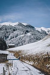 THEMENBILD - verschneiter Weg, gesäumt von Holzstadln. Im Hintergrund die Resterhöhe mit Schnee bedeckt. Das Naturdenkmal Wasenmoos lädt auch im Winter zu ausgedehnten Wanderungen in den Kitzbüheler Alpen ein, aufgenommen am 21. November 2020 in Mittersill, Oesterreich // snowy path, lined with wooden stables. In the background the remaining height covered with snow. The natural monument Wasenmoos invites you also in winter to extensive hikes in the Kitzbüheler Alps, in Mittersill, Austria on 2020/11/21. EXPA Pictures © 2020, PhotoCredit: EXPA/Stefanie Oberhauser