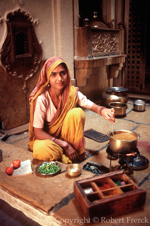 INDIA, FAMILY family kitchen in Jaisalmer Rajasthan