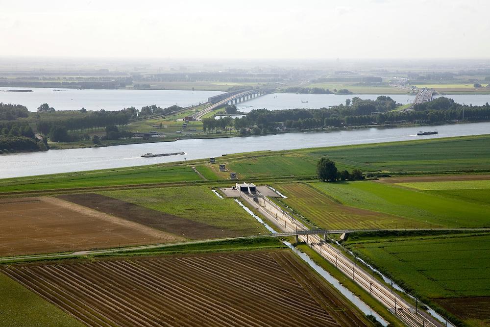 Nederland, Hoeksche Waard, Dordtsche Kil, 08-09-2006. Voltooide hogesnelheidslijn HSL: onder in beeld de toerit door de Hoeksche Waard naar de tunnel onder de Dordtsche Kil, na de Kil de Polder Zuidpunt (gelegen onder Dordrecht)  waar de brug over het Hollandsch Diep begint, aan de horizon Noord-Brabant;.Zie ook andere foto's van deze lokatie (lucht en panorama); deel van de serie Panorama Nederland..Completed rails for the HST, entrance of the tunnel under the Dordtsche Kil (water).Other .panorama and aerial photos available, part of the series Panorama Nederland (major infrastucture photo project).luchtfoto (toeslag); aerial photo (additional fee required); .foto Siebe Swart / photo Siebe Swart