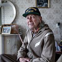 Nederland, Zwaag, 1 mei 2017.<br /> Oud Partizaan Henk Kreel in zijn woning in Zwaag nabij Hoorn.<br /> De 92-jarige Henk Kreel zocht het avontuur bij de Duitse troepen en vocht daarna met de Servische partizanen tegen diezelfde Duitsers. Hij werd een held in Joegoslavië.<br /> <br /> Foto: Jean-Pierre Jans