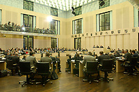 20 DEC 2001, BERLIN/GERMANY:<br /> Plenarsaal des Bundesrates waehrend einer Abstimmung, Sitzung des Bundesrates, Bundesrat<br /> IMAGE: 20011220-01-106<br /> KEYWORDS: Bundesratssitzung