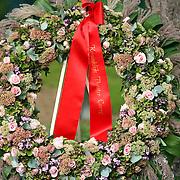 NLD/Amsterdam/20070823 - Begrafenis Jos Brink, bloemstuk bij het graf van Carre