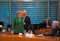 DEU, Deutschland, Germany, Berlin, 09.09.2020: Bundeskanzlerin Dr. Angela Merkel (CDU), Bundesfinanzminister Olaf Scholz (SPD) und Bundesinnenminister Horst Seehofer (CSU) vor Beginn der 112. Kabinettsitzung im Bundeskanzleramt. Aufgrund der Coronakrise findet die Sitzung derzeit im Internationalen Konferenzsaal statt, damit genügend Abstand zwischen den Teilnehmern gewahrt werden kann.