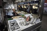 Spanje, Salamanca, 10-5-2010Overdekte markt. Een vishandel doet zaken. Er ligt een moot tonijn in het ijs.Foto: Flip Franssen/Hollandse Hoogte