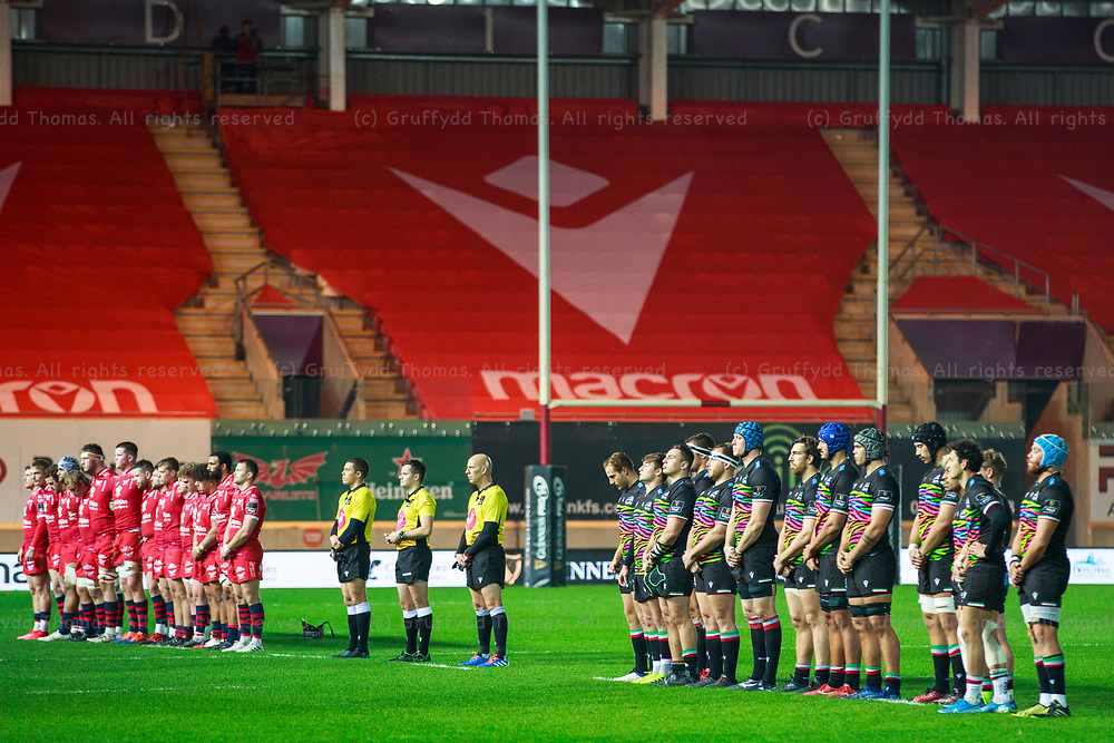 Llanelli, UK. 8 November, 2020.<br /> The teams observe a minute's silence for Remembrance Day ahead of the Scarlets v Zebre PRO14 Rugby Match.<br /> Credit: Gruffydd Thomas/Alamy Live News