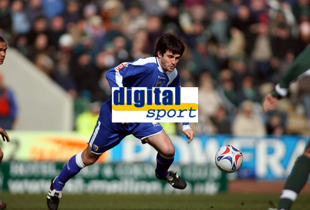 Cardiff goalscorer Steven Thompson takes on the Plymouth defence<br /> <br /> Photo: Richard Eaton.<br /> <br /> Plymouth Argyle v Cardiff City. Coca Cola Championship. 18/03/2006.
