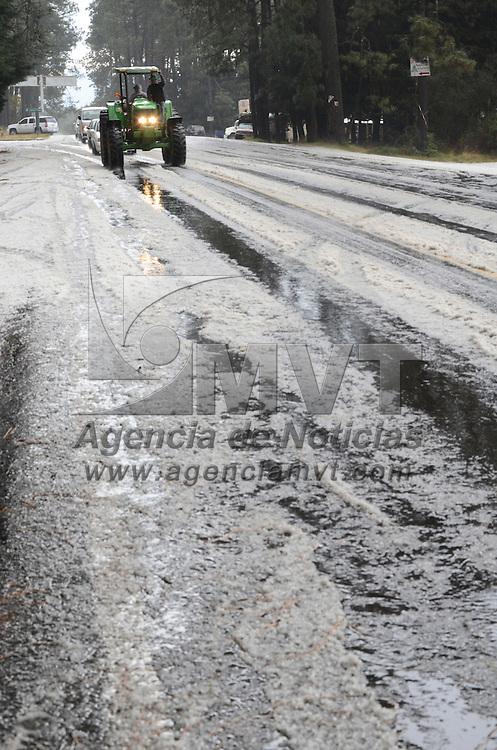 Zinacantepec, México.- Una fuerte granizada cayó en la carretera Toluca- Temascaltepec, en la desviación a Sultepec, lo cual provocó nevadas en el volcán Xinantécatl. Agencia MVT / Arturo Hernández S.