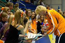 12-09-2010 VOLLEYBAL: EK KWALIFICATIE NEDERLAND - ESTLAND: ROTTERDAM<br /> Kay van Dijk deelt handtekeningen uit aan fans<br /> ©2010-WWW.FOTOHOOGENDOORN.NL / Peter Schalk