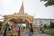 Mensen ontspannen bij de pagoda op Octavia Street in San Francisco. De Amerikaanse stad San Francisco aan de westkust is een van de grootste steden in Amerika en kenmerkt zich door de steile heuvels in de stad.<br /> <br /> The US city of San Francisco on the west coast is one of the largest cities in America and is characterized by the steep hills in the city.