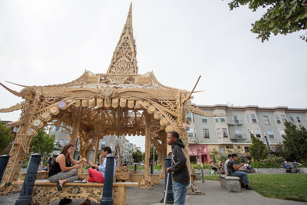 Mensen ontspannen bij de pagoda op Octavia Street in San Francisco. De Amerikaanse stad San Francisco aan de westkust is een van de grootste steden in Amerika en kenmerkt zich door de steile heuvels in de stad.<br /> <br /> The US city of San Francisco on the west coast is one of the largest cities in America and is characterized by the steep hills in the city.
