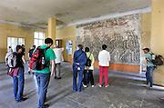 """Duitsland, Elstal, 22-7-2012Serie mbt het olympisch dorp van de olympische spelen in 1936 in Berlijn. Het terrein en de overgebleven gebouwen worden de komende jaren door een Duitse stichting opgeknapt en daarna opengesteld voor publiek. Nu is alleen het paviljoen waar ook de Amerikaanse zwarte atleet Jesse Owens verbleef in oude luister hersteld en te bezichtigen.Andere zichtbare overblijfselen zijn trainingsfaciliteiten zoals de sporthal, het zwembad en de atletiekbaan. Ook het gebouw waar gegeten werd, Speisehaus der Nationen, en het zgn. Hindenburghaus staan er nog. In het laatste was ook een mozaik van de Duitse Wehrmacht. Er staat:  """"Moege die Wehrmacht ihren Weg immer kraftvoll und in Ehren gehen als Buerger einer starken deutschen Zukunft"""". Er was ook een theater en filmzaal die later ook door de Russen werd gebruikt. Zij nestelden zich op het terrein na de oorlog en bleven er tot 1992.Foto: Flip Franssen/Hollandse Hoogte"""