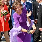 NLD/Thorn/20110430 - Koninginnedag 2011 in Thorn, Marilene van den Broek probeert een een stok te vangen als spelletje