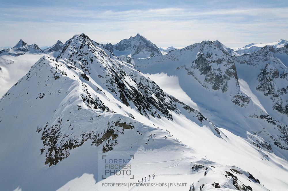 Impressionen einer Skitourenwoche im Gebiet der Rotondo-Hütte. Aufstieg auf das Gross Muttenhorn vom Muttengletscher und über den Süd-Grat mit Blick u.a. auf den Pizo Rotondo und die Saashörner.