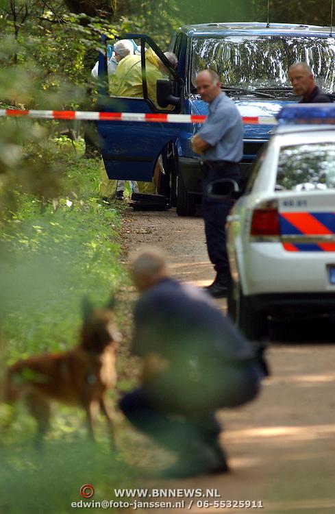 NLD/Huizen/20050906 - Verbrand lijk gevonden langs bospad Bussummerweg Huizen, speurhondengeleider