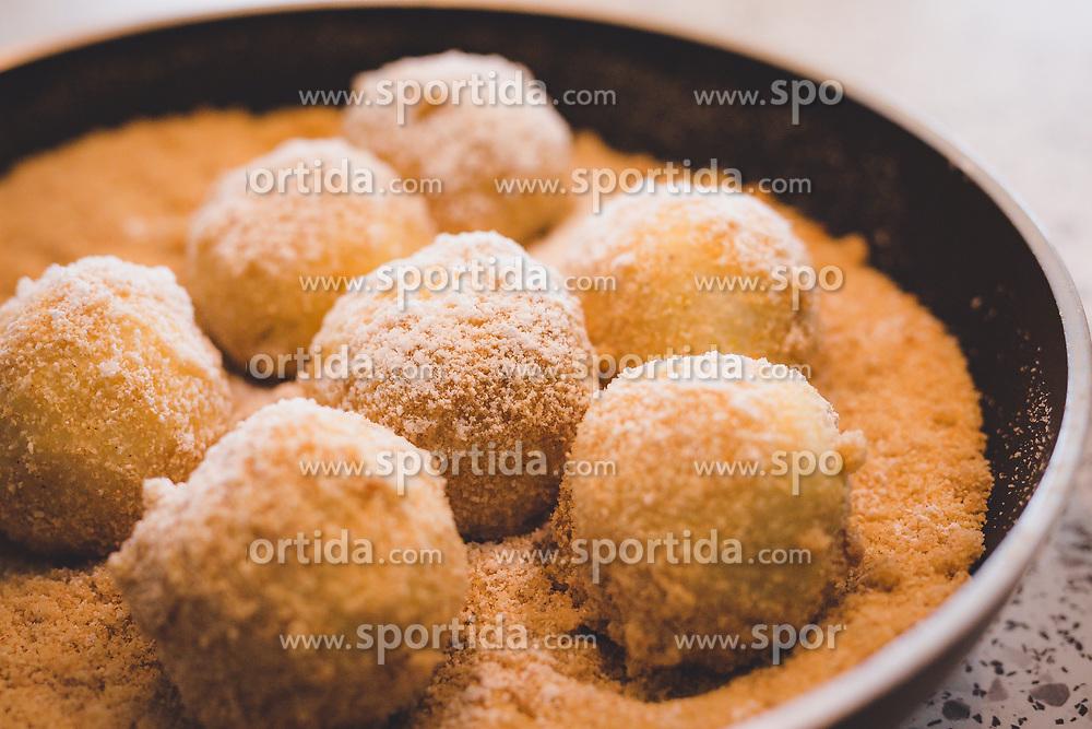 THEMENBILD - Marillenknödel in einer Pfanne. Die Knödel sind eine traditionelle Mehlspeise der österreichischen Küche, aufgenommen am 13. August 2018, Kaprun, Österreich // Apricot dumplings in a pan. The dumplings are a traditional pastry of Austrian cuisine on 2018/08/13, Kaprun, Austria. EXPA Pictures © 2018, PhotoCredit: EXPA/ Stefanie Oberhauser