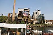 New York. Brooklyn. Red Hook . Brooklyn, the old docks are becoming a trendy area, luxury boat near old destroyed factories  New York, Manhattan - United states   /  le quartier de Red Hook . Brooklyn , les anciens docks au bord de la mer se transforment en quartier a la mode. bateaux de luxe au pied des usines desafectees  Manhattan, New York - Etats unis