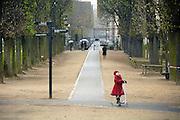 Frankrijk, Parijs, 28-3-2010In de Jardin du Luxembourg. Park waar stedelingen zich ontspannen. Een meisje in een rode jas op de step. Exterieur.Foto: Flip Franssen/Hollandse Hoogte