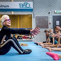 Nederland, Haarlem, 19 april 2017.<br /> Turntrainster Nel Krauwel  een 85-jarige turntrainster die zelf nog zo fit en lenig als een hoentje is. Ze geeft nog elke dag training en heeft veel te vertellen over turnen, is als voormalig bondscoach in het verleden op Russische en Roemeense turninternaten geweest.<br /> <br /> Op de foto: Nel Krauwel tijdens de turnles van Bato turnvereniging  in sporthal Kennemer.<br /> <br /> Foto: Jean-Pierre Jans