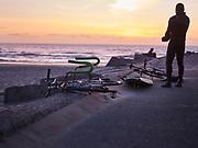 Fiets om surfboard mee te vervoeren.   Bicycle to transport surfboard