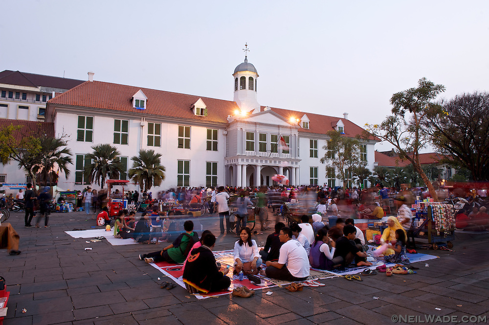 Gathering to relax in front of Taman Fatahillah during Eid festivities.