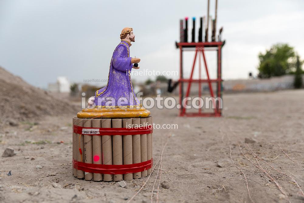 07 marzo 2021, Tultepec, México. Preparativos para la celebración de San Juan de Dios, instalación de fuegos artificales.