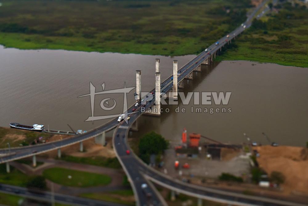 Vista aérea da Ponte Getulio Vargas, mais conhecida como Ponte do Guaíba, em Porto Alegre. FOTO: Jefferson Bernardes / Preview.com