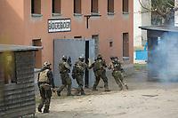 """03 APR 2012, LEHNIN/GERMANY:<br /> Kampfschwimmer der Bundeswehr trainieren """"an Land"""" infanteristische Kampf, hier Haeuserkampf- und Geiselbefreiungsszenarien auf einem Truppenuebungsplatz<br /> IMAGE: 20120403-01-029<br /> KEYWORDS: Marine, Bundesmarine, Soldat, Soldaten, Armee, Streitkraefte, Spezialkraefte, Spezialkräfte, Kommandoeinsatz, Übung, Uebung, Training, Spezialisierten Einsatzkraeften Marine, Waffentaucher"""