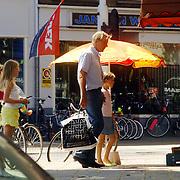 NLD/Amsterdam/20060708 - Ursul de Geer heeft zijn kinderen voor het weekend en doet boodschappen met ze