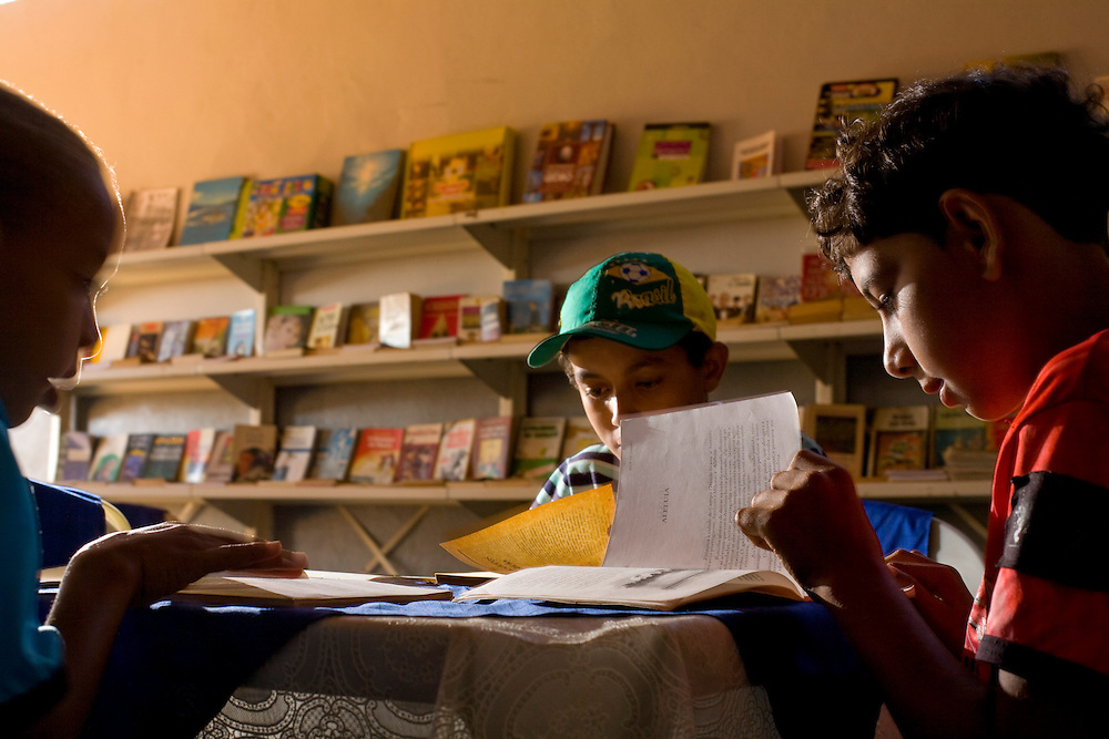 Pirapora_MG, Brasil...Leo do Peixe mantem um circulo de leitura. Na foto, um dos pontos de leitura criado por Leo o Peixe...The Leo do Peixe, He maintains a circle of reading. In this photo, the reading place created by Leo do Peixe...Foto: LEO DRUMOND / NITRO