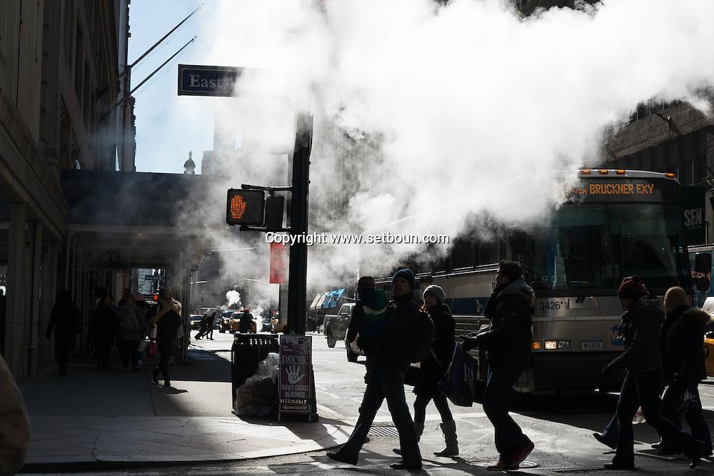 New York car traffic on 40st street and Madison / Vapeur du reseau de chauffage urbain sur la 40em rue