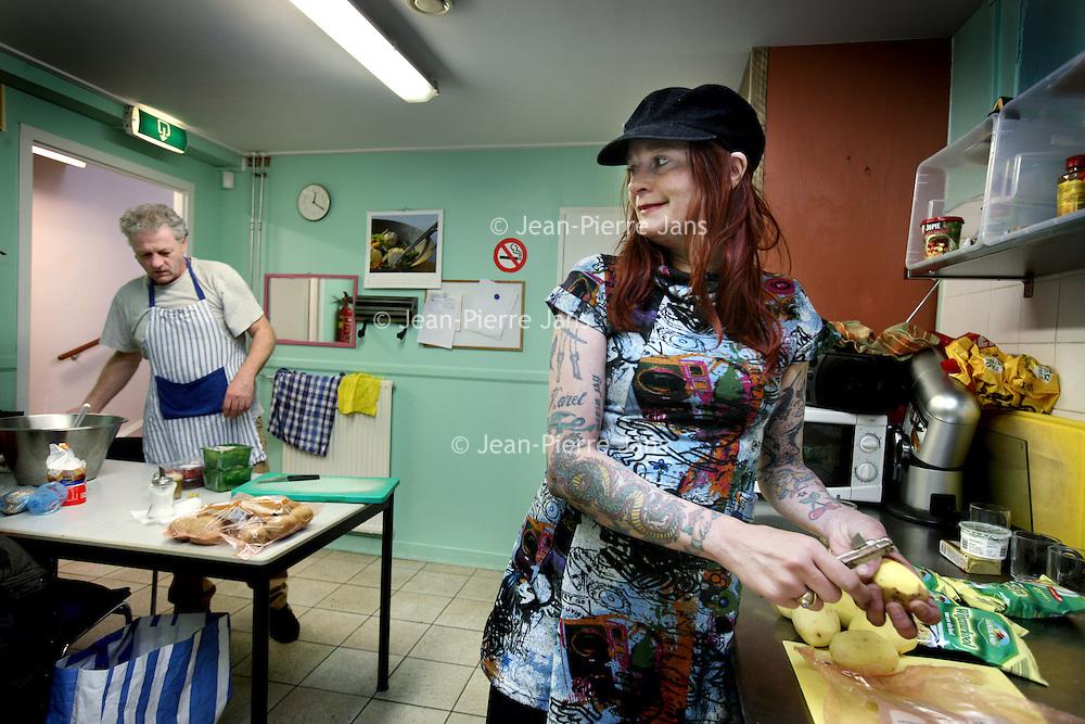Nederland, Amsterdam , 24 maart 2014.<br /> Vrijwilligers werken in de keuken van<br />  inloophuis Centrum PS.<br /> Centrum PS is een inloophuis van Stichting Volksbond Amsterdam. Het biedt werk en <br /> activiteiten voor en door mensen met beperkingen op verschillende levensgebieden. In een <br /> sfeer die participatie en eigen initiatief bevordert. <br /> <br /> <br /> Foto:Jean-Pierre Jans