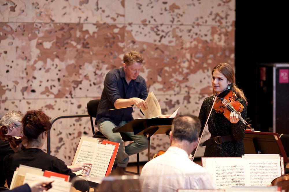 Douglas Boyd, chef d'orchestre d'une formation<br /> musicale de quarante-trois musiciens en résidence à la Philharmonie. Au programme de la répétition du jour, des airs signés Rossini et Mozart.