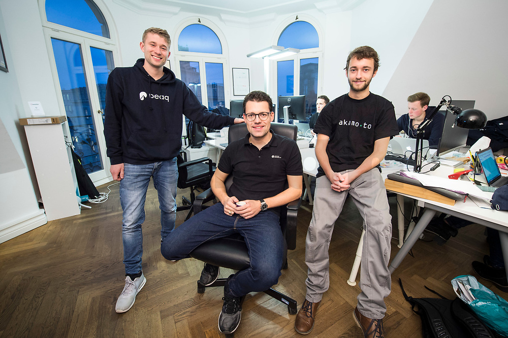 18 JAN 2018, BERLIN/GERMANY:<br /> Till Wendler (L), CEO Axiomity AG, COO nakamo.to<br /> Axiomity AG, CEO blash-trading.com GmbH, Robert A. Kuefner (M), CVO Advanced Blockchain AG und CEO nakamo.to, Florian Reike (R), Research Analyst Advanced Blockchain AG, CVO nakamo.to, in ihrem Buero Advanced Blockchain AG<br /> IMAGE: 20180118-02-002<br /> KEYWORDS: Robert A. Küfner, Start-up, Bitcoin